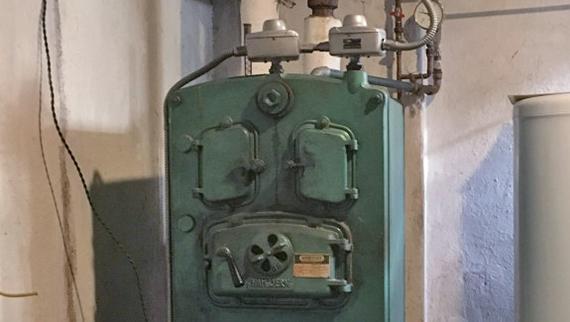 Bilde av gammel oljefyr med link