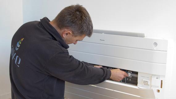 Mann som monterer varmepumpe, link til service